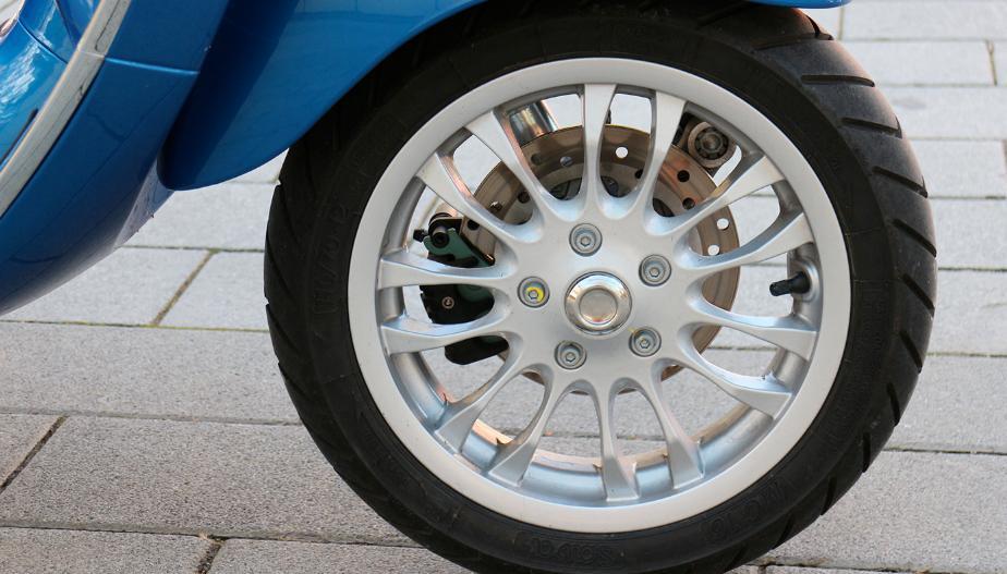 Frenos y equipamiento alquiler moto Ibiza Vespa 125