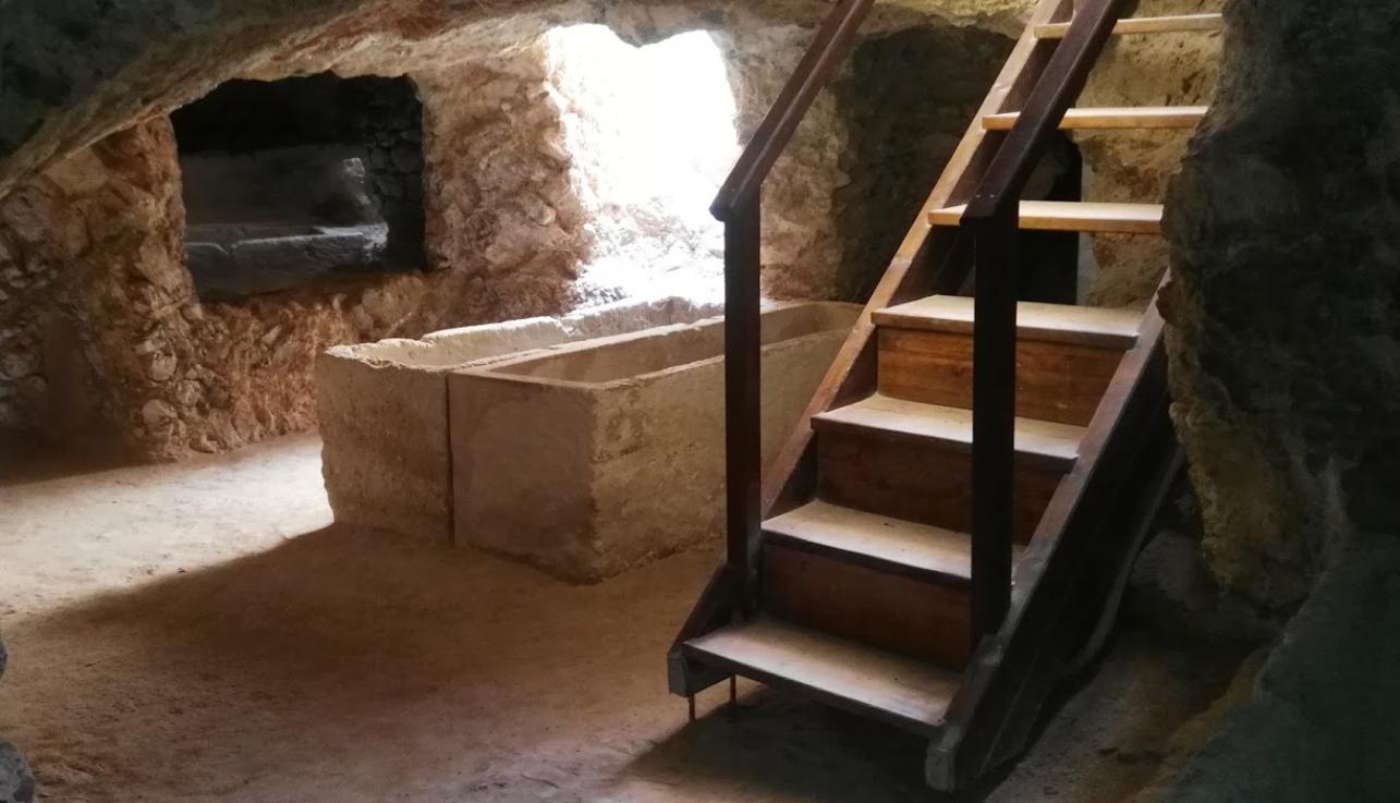 Descubre la necrópolis de Puig des Molins con Maxirent rent a car