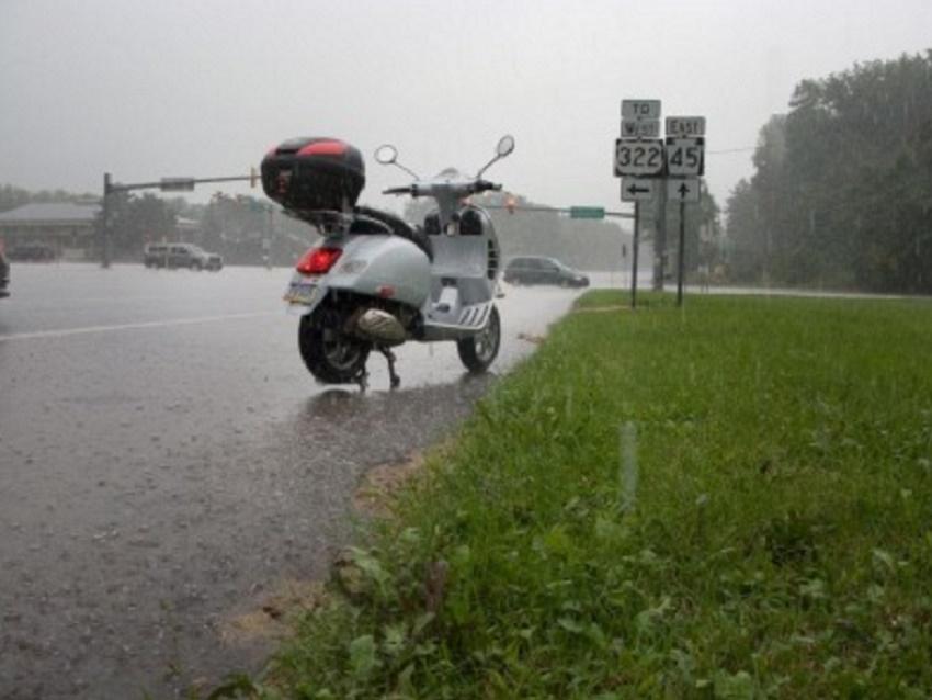 Coducción moto con lluvia por Ibiza