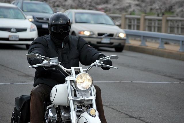 Hombre conduciendo moto eficiente por Ibiza
