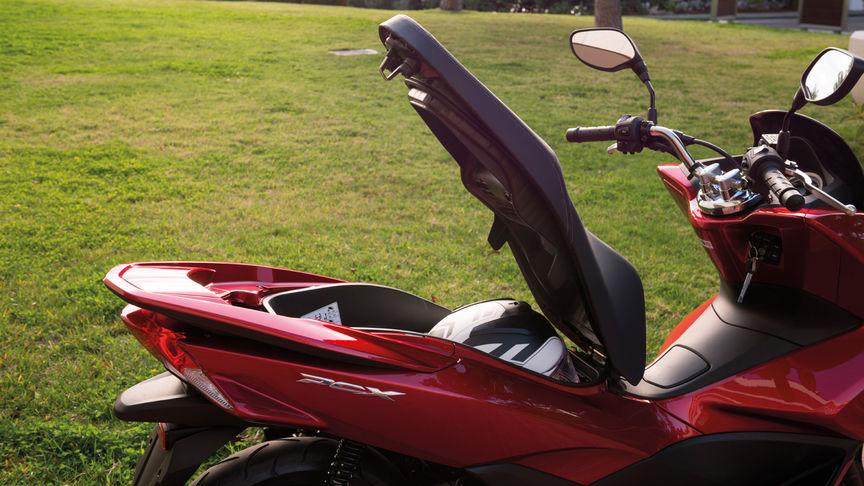 Maletero Honda PCX alquiler moto Ibiza