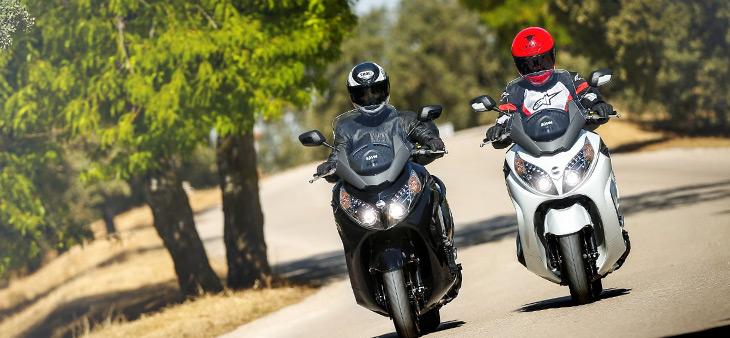 Dos motos circulando por carretera