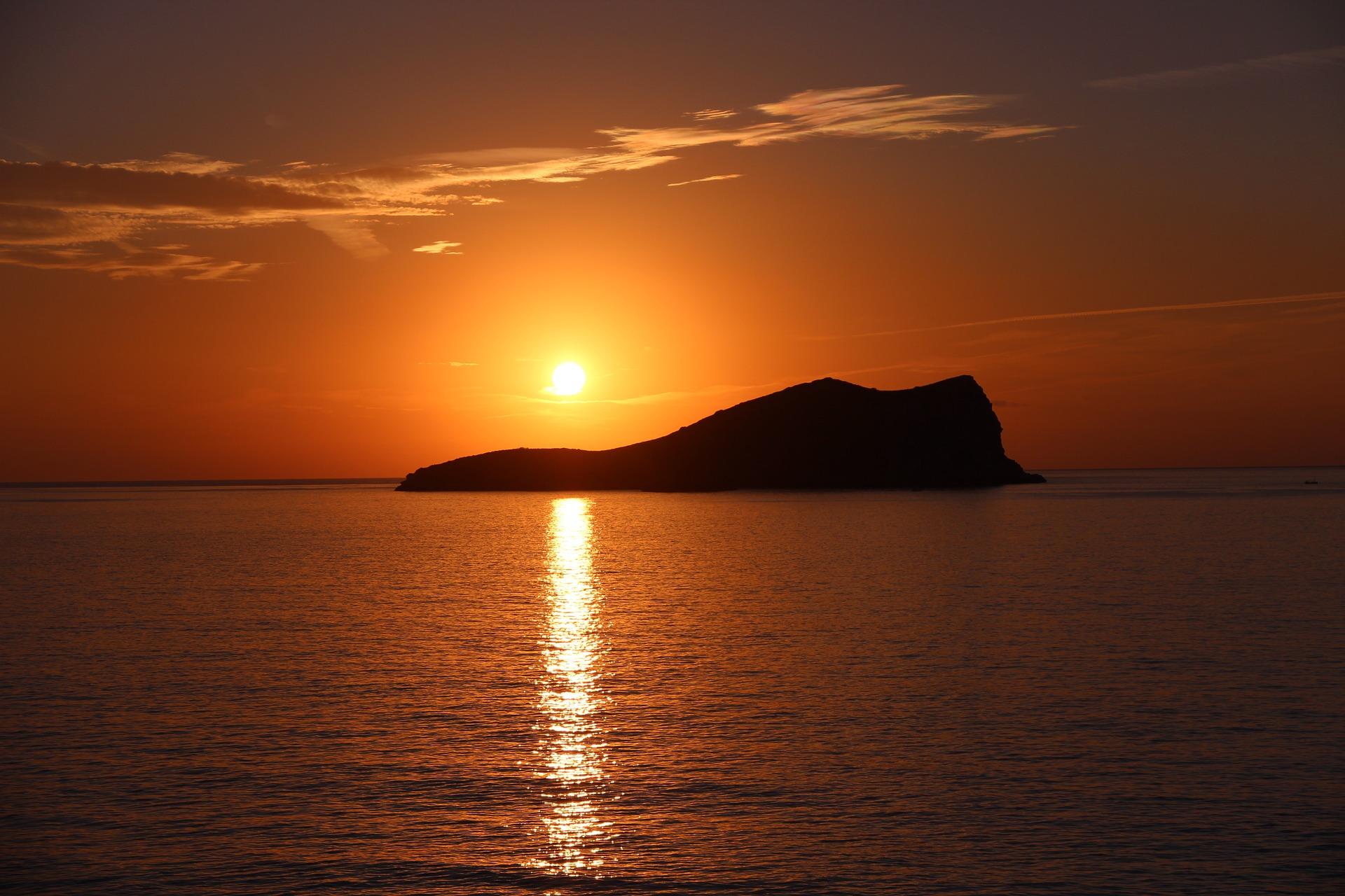 Disfruta de las puestas de sol en Semana santa rent a car Ibiza